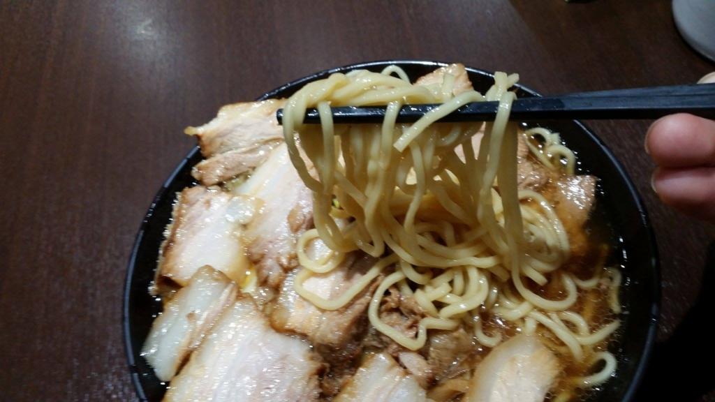 大塚『北大塚ラーメン』のチャーシュー麺の麺を、箸で持ち上げた写真