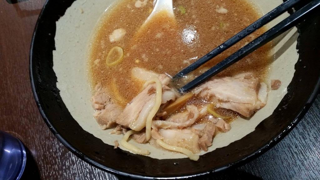 大塚『北大塚ラーメン』のチャーシュー麺の、スープのアップ写真