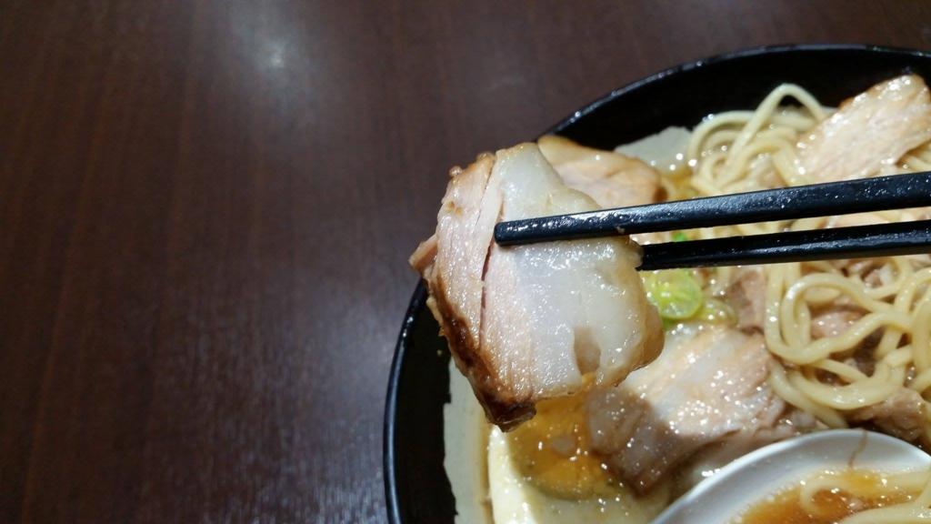 大塚『北大塚ラーメン』のチャーシュー麺のチャーシューを、箸で持ち上げた写真