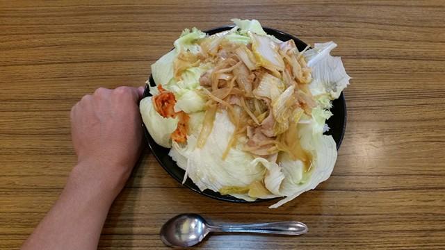記事トップの、曙橋(新宿近く)『定食屋酒場食堂』の288円定食と拳のサイズ比較写真