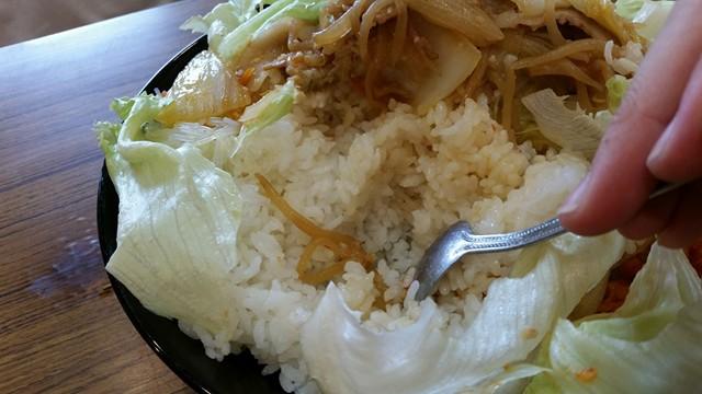 曙橋(新宿近く)『定食屋酒場食堂』の288円定食をスプーンでかき分けている写真①
