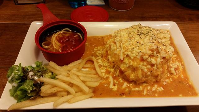 高田馬場『オムライスLABO』の、とろーり焼きチーズ蟹クリームオムライスの写真
