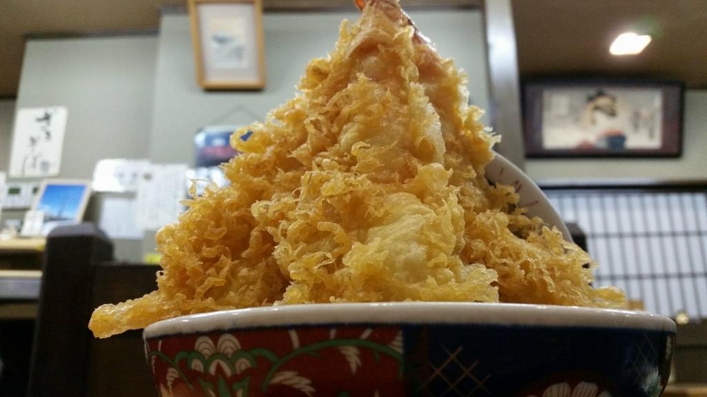 記事トップの、スカイツリー近く(浅草)『そば処元祖かみむら』の元祖タワー丼を下から撮った写真