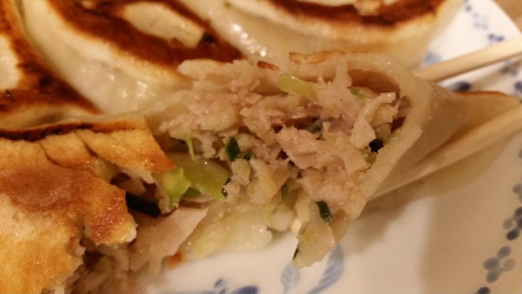 池袋『開楽』の開楽特製手作りジャンボ餃子定食の餃子の、中身のアップ写真
