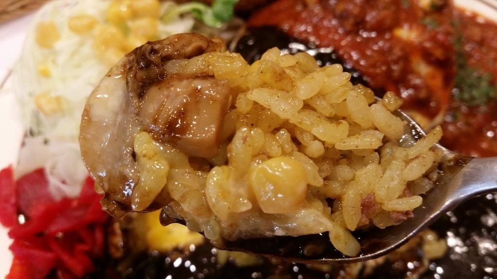 池袋『キッチンABC』の、オムカレー2色ソースのチキンカツセットのライスのアップ写真