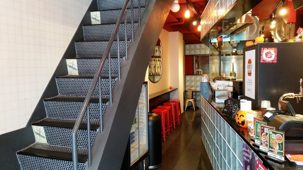 HENRY'S BURGER(へンリーズバーガー)の入り口の階段