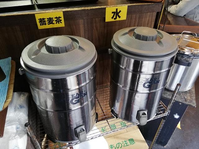 なぜ蕎麦にラー油を入れるのか。(池袋の壬生)の店内の蕎麦茶と水