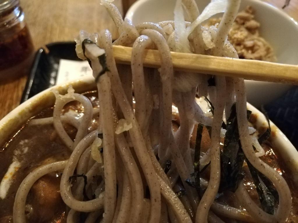 箸で掴んだ麺のアップ