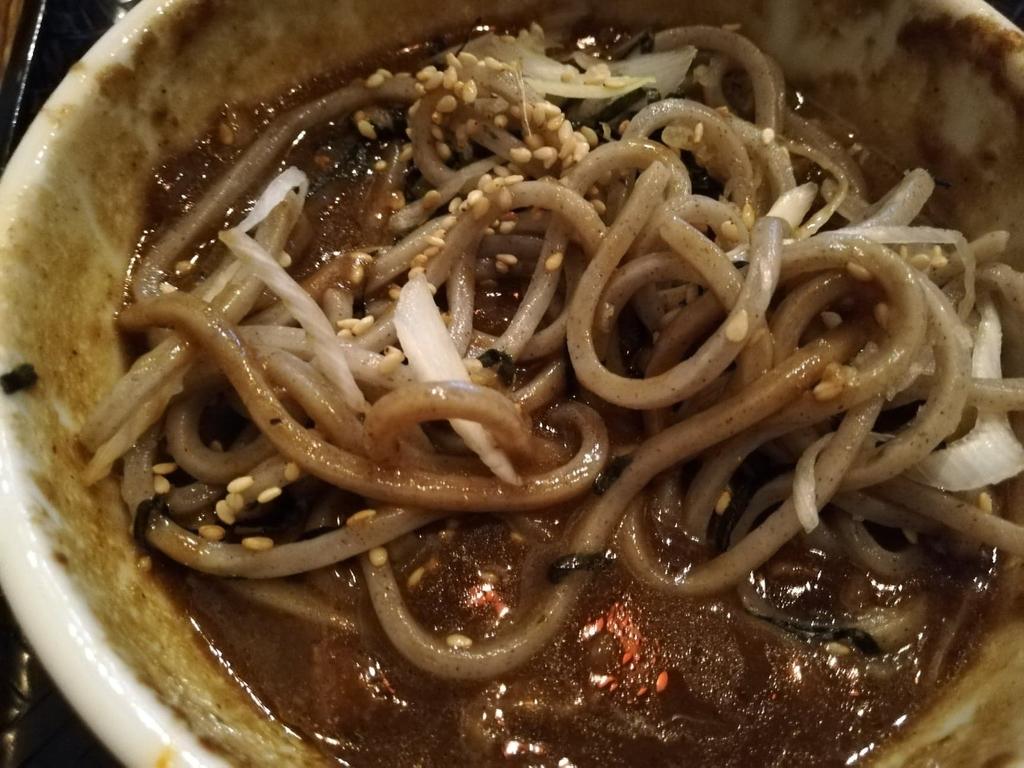 器に入れた黒カレーと麺