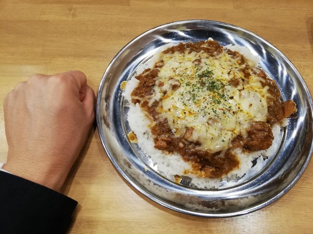 高田馬場『プネウマカレー』のチキンカレーと拳のサイズ比較