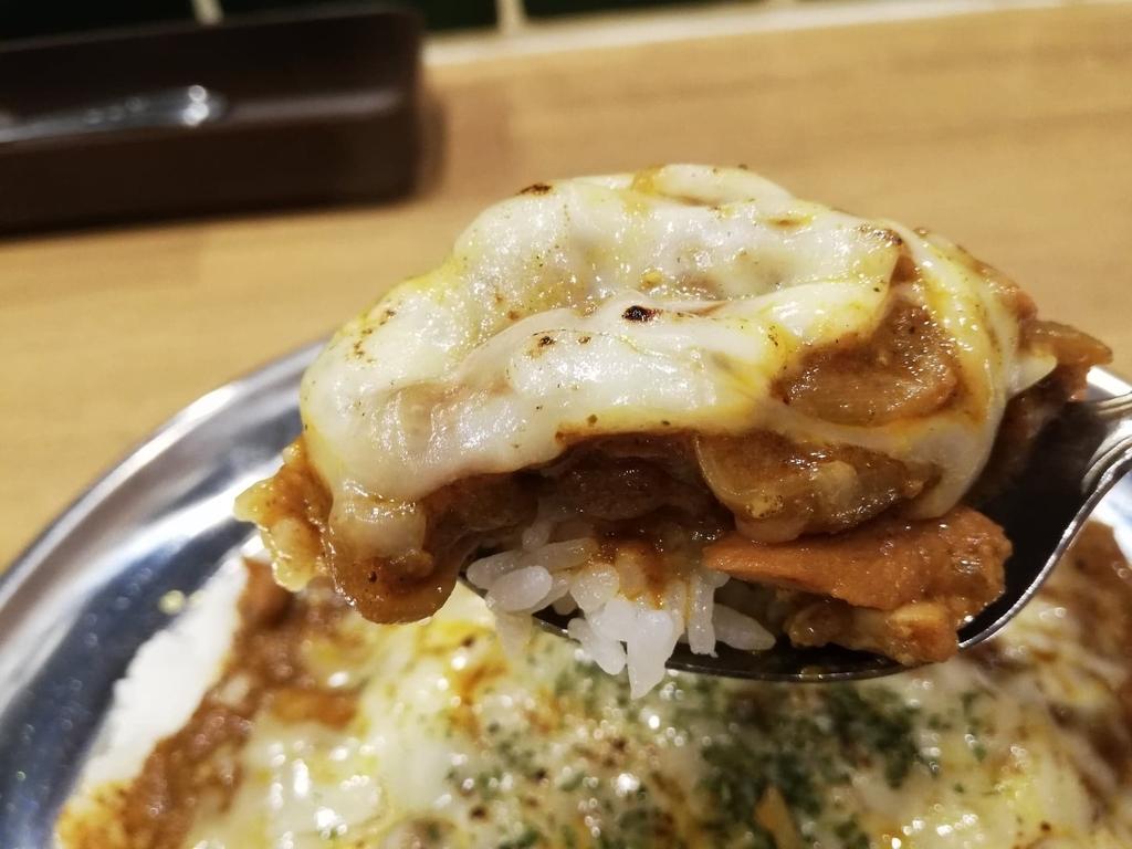 スプーンですくった高田馬場『プネウマカレー』のチーズとカレールー