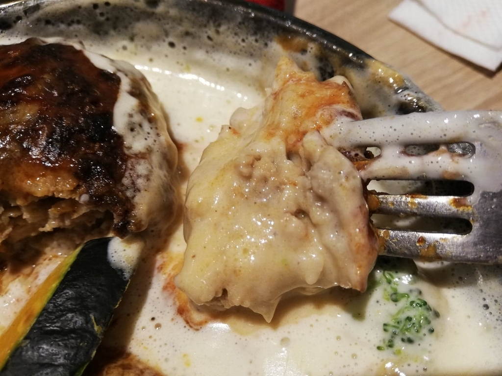 ホイップチーズをつけた池袋パルコ『CHEESE CRAFT WORKS(チーズクラフトワークス)』の天使のふわふわチーズフォンデュハンバーグ