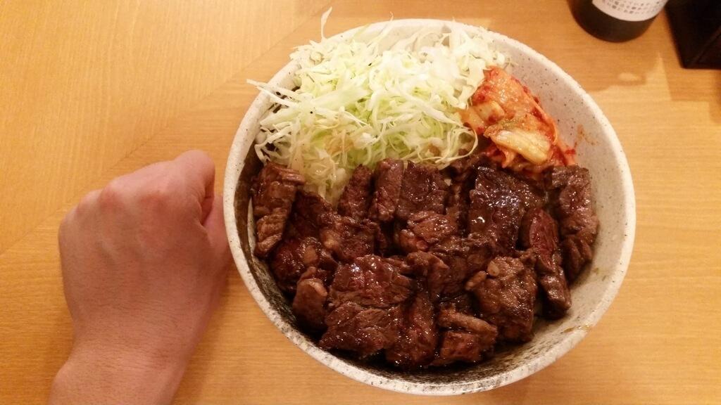 拳と丼やまののハラミ丼肉トリプルご飯大盛りのサイズ比較