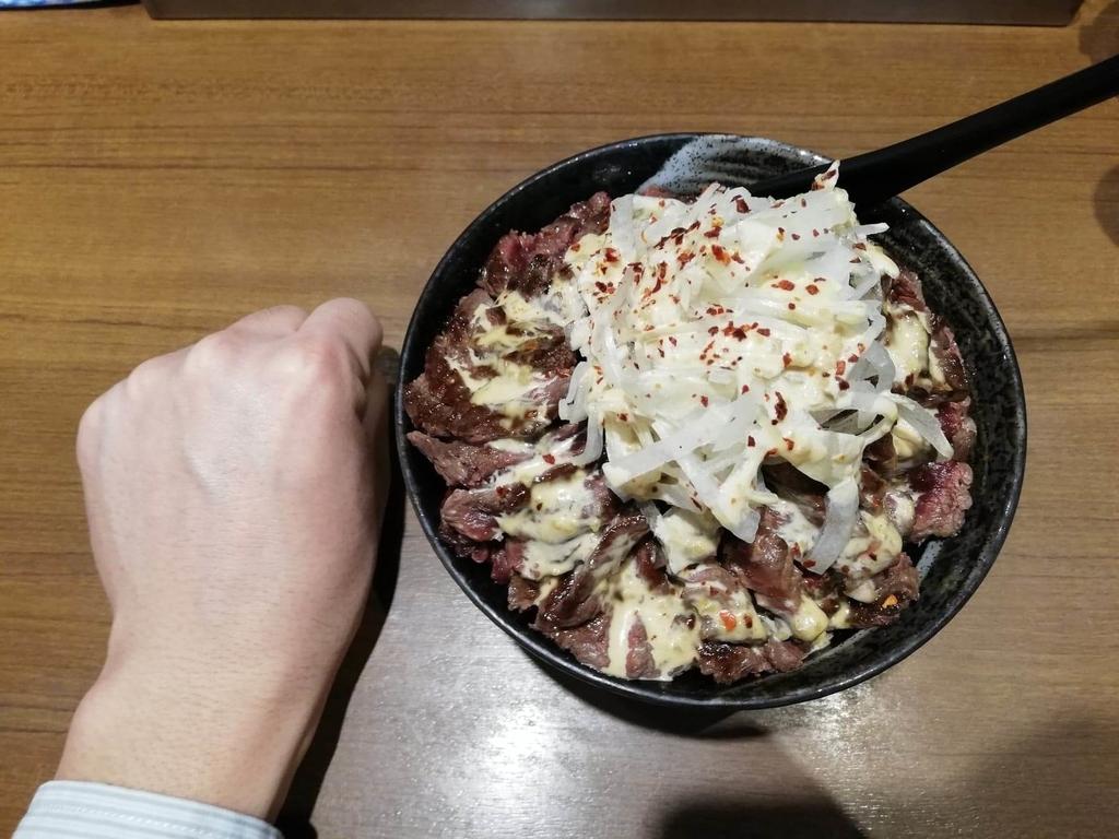 秋葉原『1ポンドのステーキハンバーグ タケル』の旨馬丼と拳のサイズ比較①