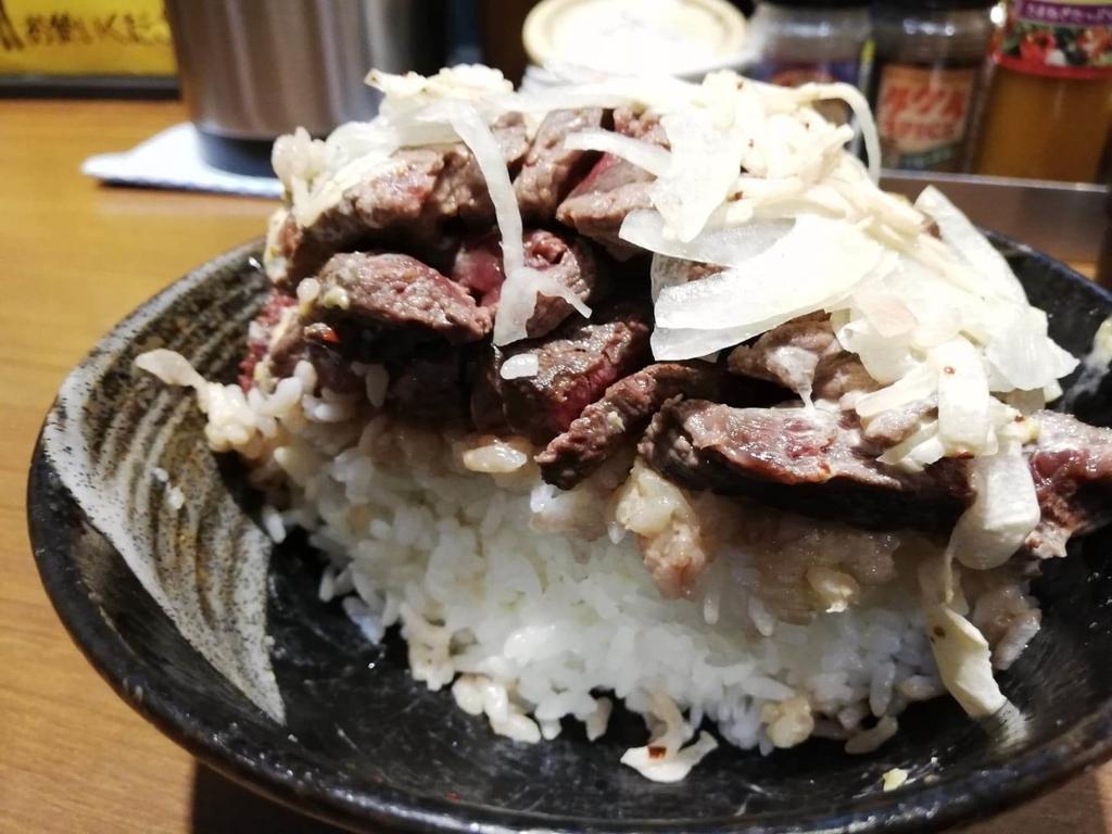 残り半分の、秋葉原『1ポンドのステーキハンバーグ タケル』の旨馬丼