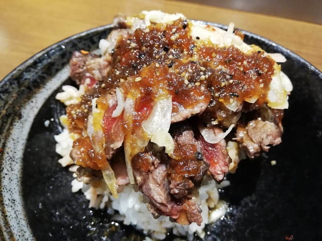 タレをかけた、秋葉原『1ポンドのステーキハンバーグ タケル』の旨馬丼