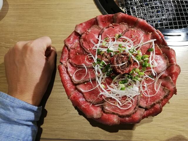 浅草焼肉たん鬼『鬼く丼』と拳のサイズ比較