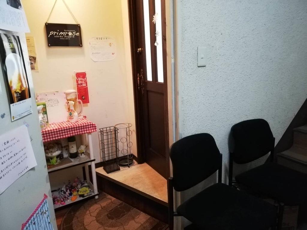 長崎『プリムローズ(primrose)』の入り口に置いてある椅子の写真