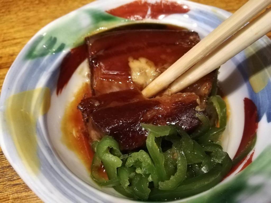 長崎『吉宗本店』の吉宗定食の豚の角煮を、箸で割いている写真