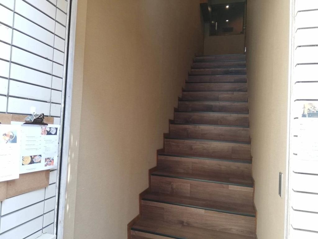 北千住のカフェ『寛美堂』の階段の写真