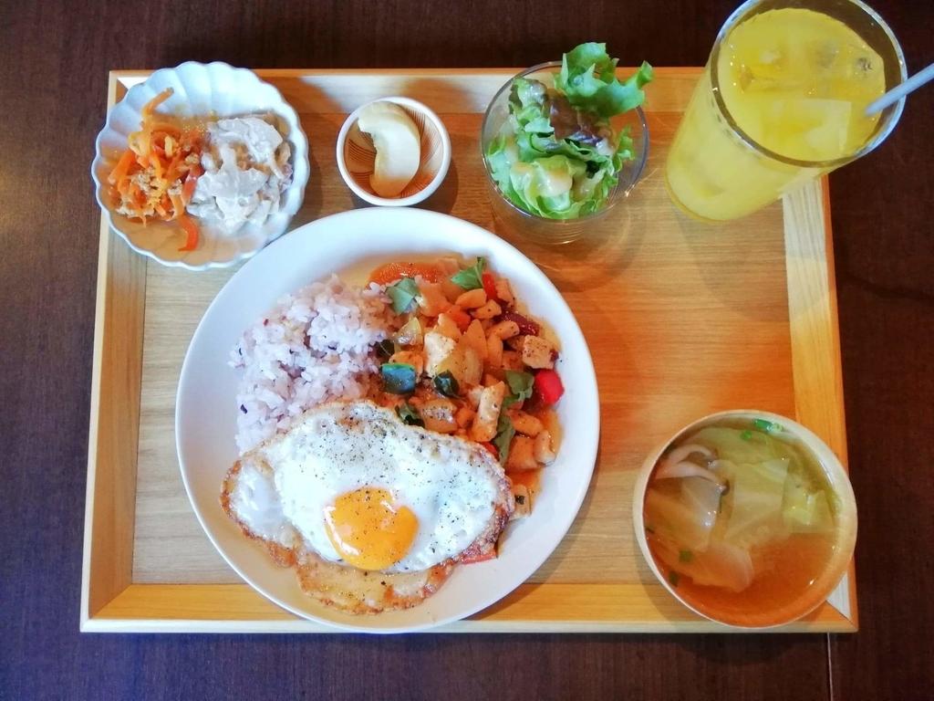記事トップの、北千住のカフェ『寛美堂』のガパオライス定食の写真