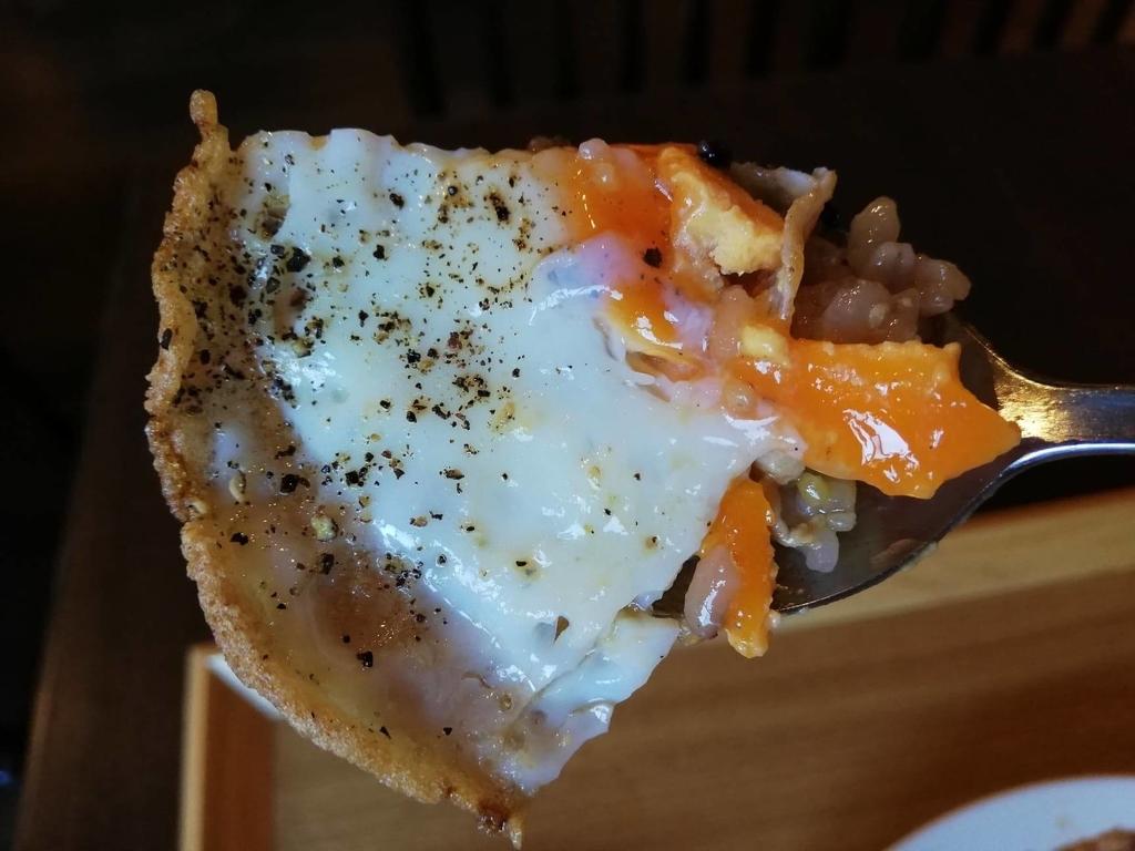 北千住のカフェ『寛美堂』のガパオライス定食に乗っている目玉焼きの白身部分の写真