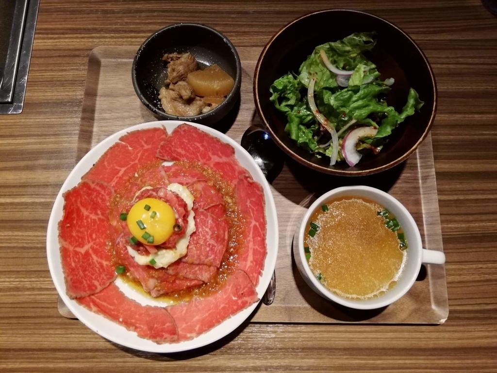 新宿『焼肉ブルズ』の特選和牛のローストビーフ丼を上から撮った写真