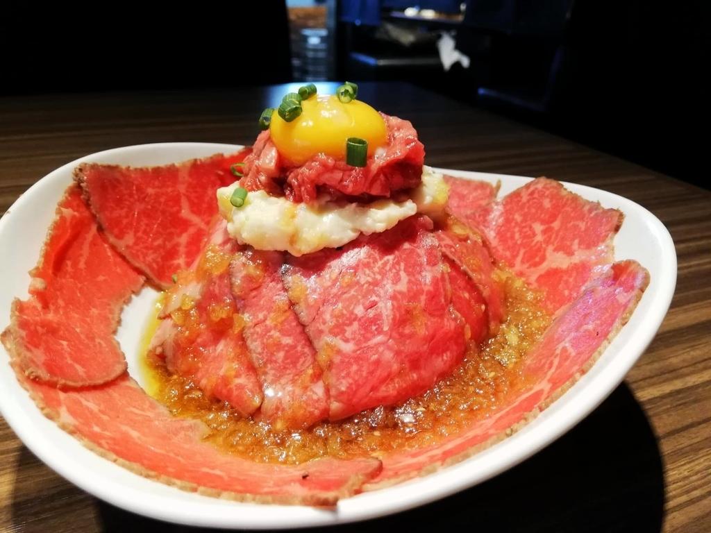 記事トップの、新宿『焼肉ブルズ』の特選和牛のローストビーフ丼を斜め前から撮った写真