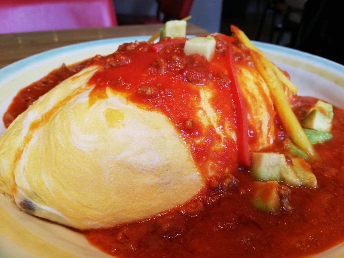 記事トップの、渋谷『ポムの樹』のアボカドとモッツァレラチーズのトマトミンチオムライスのアップ写真