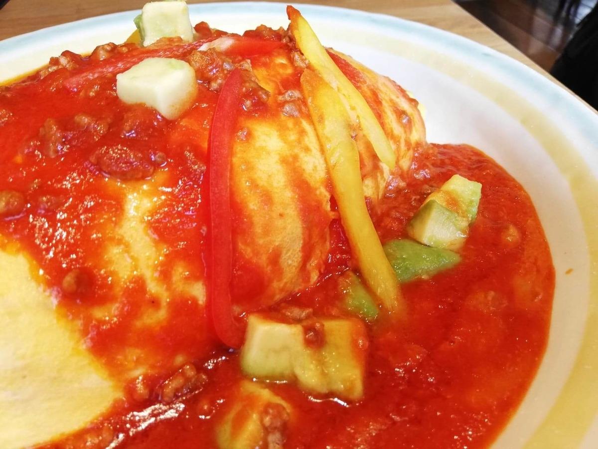 渋谷『ポムの樹』の、アボカドとモッツァレラチーズのトマトミンチオムライスのソースのアップ写真