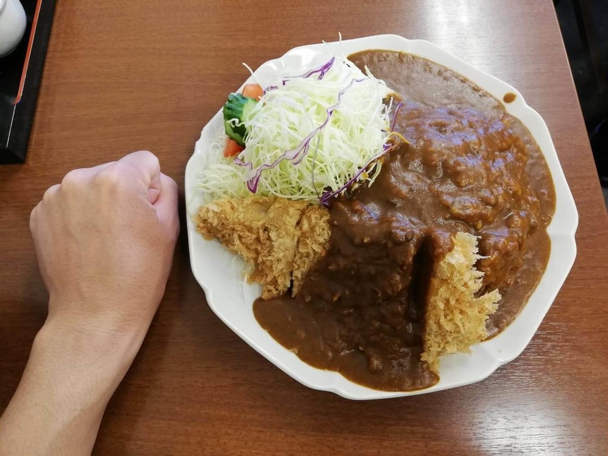 池袋『とんかつ清水屋』のロースかつカレー定食と拳のサイズ比較写真