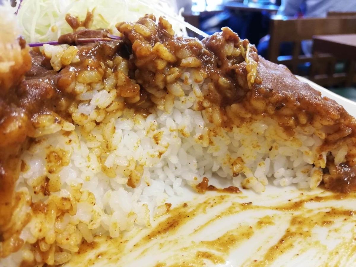 池袋『とんかつ清水屋』のロースかつカレー定食の、ライスの断面写真
