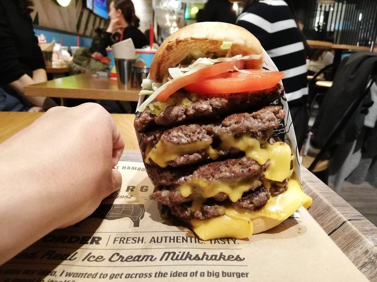 渋谷『ファットバーガー(FATBURGER)』のUSキングバーガーと拳のサイズ比較写真