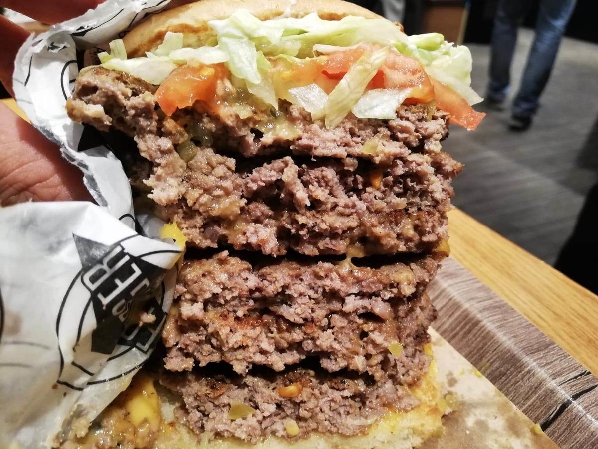 渋谷『ファットバーガー(FATBURGER)』のUSキングバーガーの断面写真