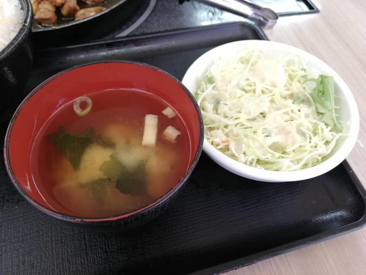 江古田『ふくふく食堂』の味噌汁とサラダの写真