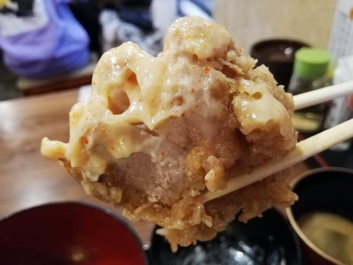 立川『ひなたかなた』の唐揚げを、マヨネーズにつけて箸で掴んでいる写真