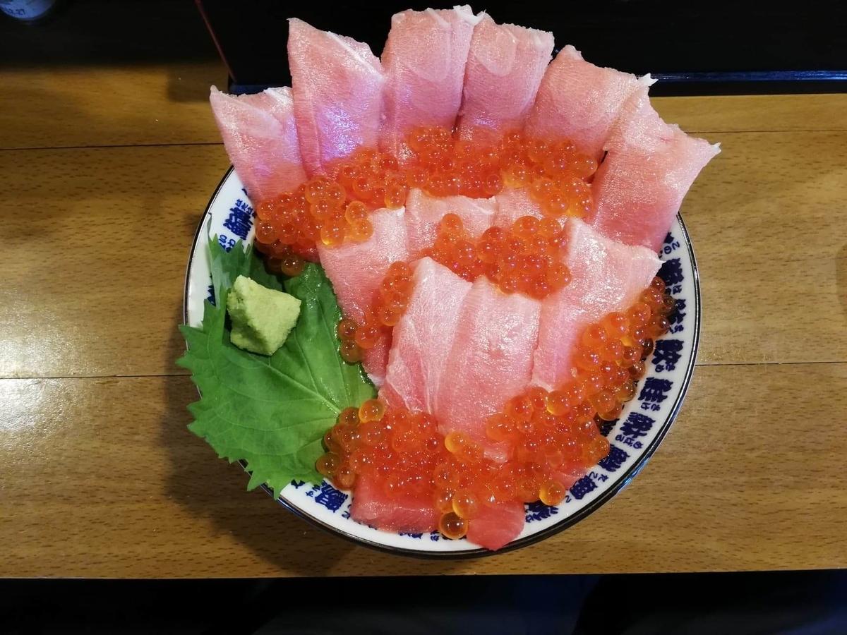 立川『モンロー』の天然本まぐろ中とろマシマシいくらマシマシ海鮮丼を、上から撮った写真