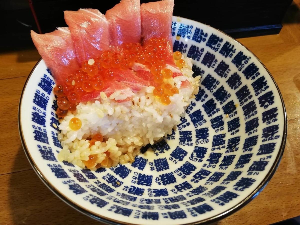 残り少しの、立川『モンロー』の天然本まぐろ中とろマシマシいくらマシマシ海鮮丼の写真