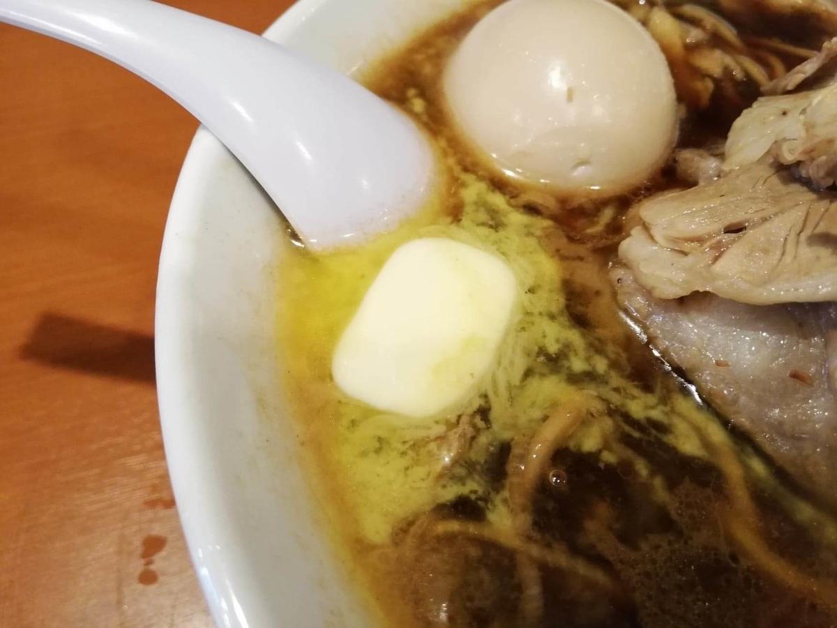 『末廣ラーメン本舗』高田馬場分店の、チャーシュー麺のバターのアップ写真