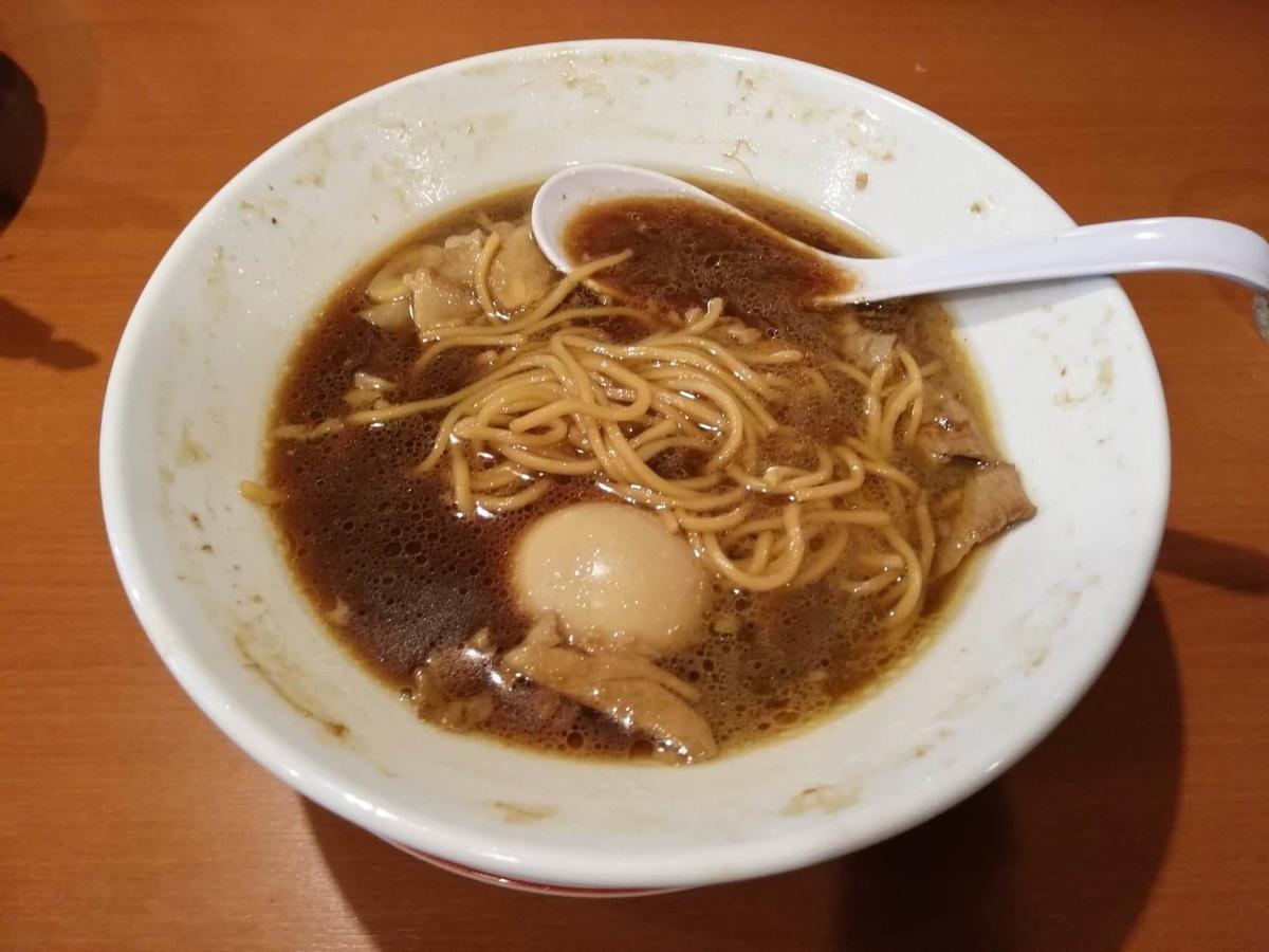 『末廣ラーメン本舗』高田馬場分店の、残り半分のチャーシュー麺の写真