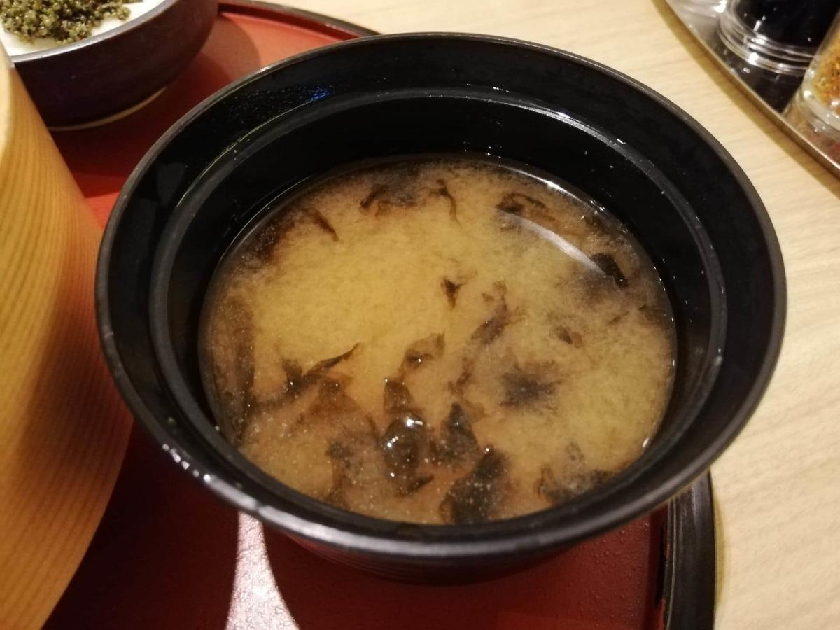 秋田駅『秋田比内地鶏や』の味噌汁の写真