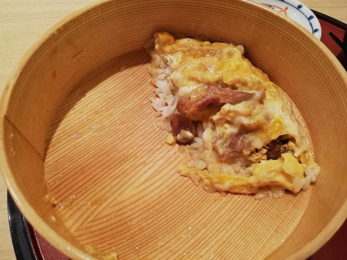 残り少しの、秋田駅『秋田比内地鶏や』の、比内地鶏の究極親子丼の写真