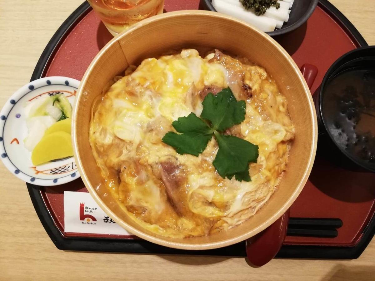 秋田駅『秋田比内地鶏や』の、比内地鶏の究極親子丼のアップ写真