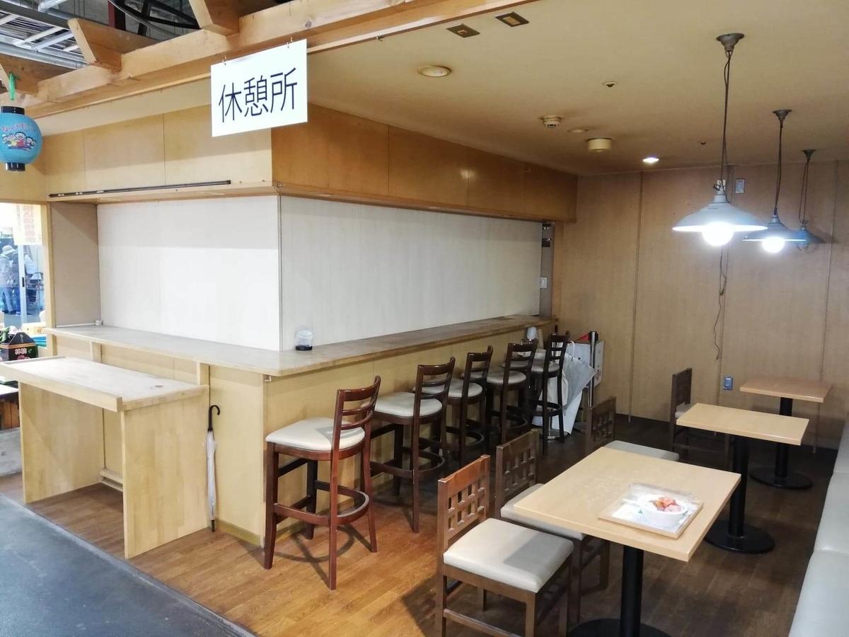 秋田市民市場内の休憩所の写真