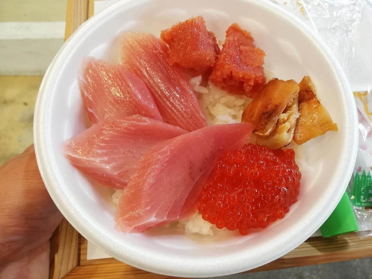 秋田市民市場内『進藤水産』の、筋子とスモークはらすの写真