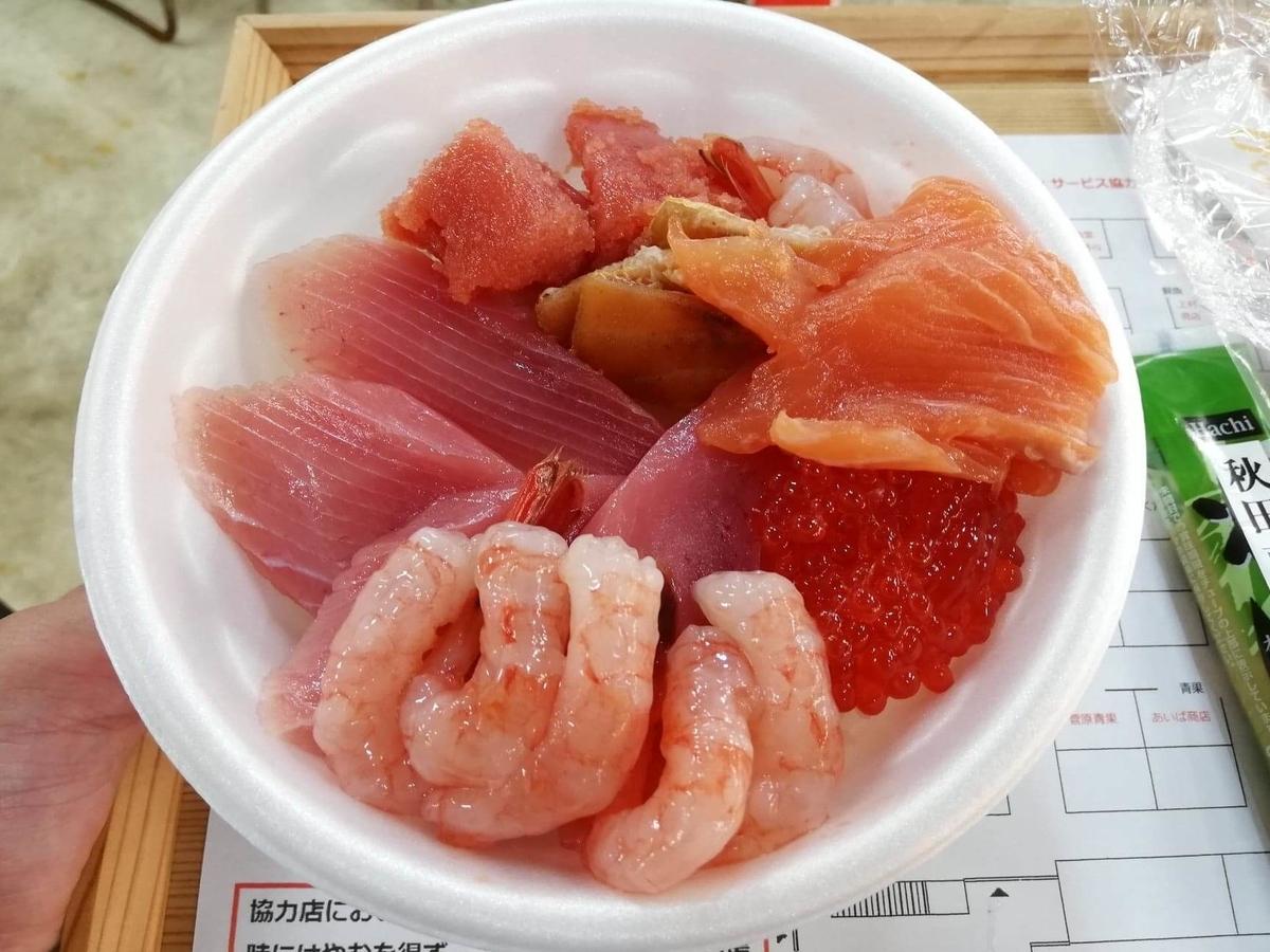 秋田市民市場内『上村鮮魚店』の、エビとサーモンの写真