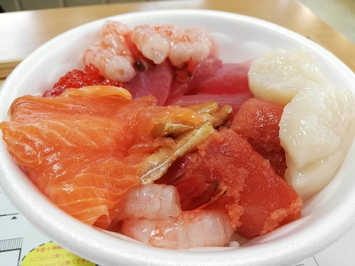 秋田市民市場の、のっけ丼のアップ写真②