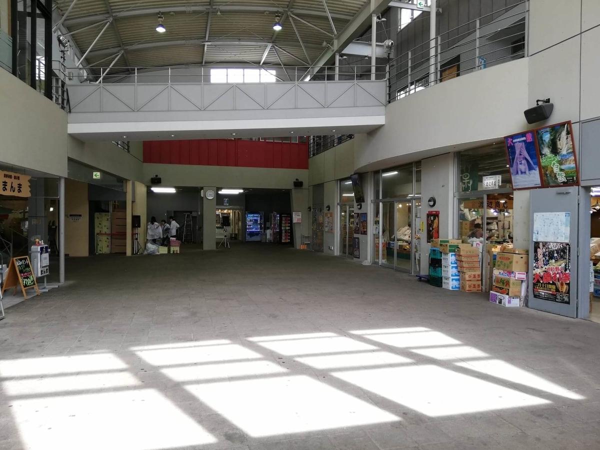 秋田市民市場の入り口付近の広場写真