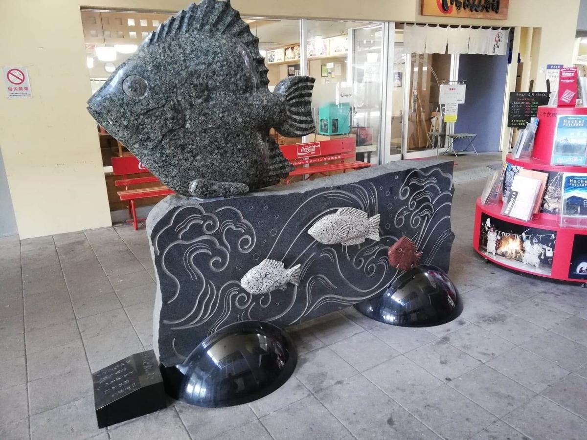 秋田市民市場の場内にある銅像の写真