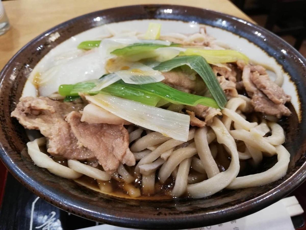 『浅草角萬』の冷やし肉南蛮のアップ写真